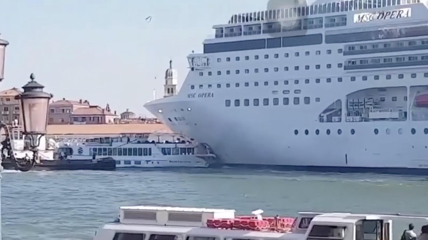 MSC Opera centra il porto di Venezia